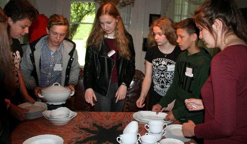 Film do artykułu: Gimnazjaliści z Cieszków uczą się... dobrych manier (ZDJĘCIA)