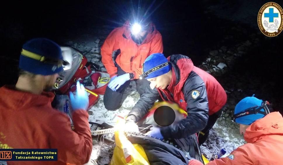 Film do artykułu: Tatry. Całą noc ratowali poważnie rannego turystę w rejonie Siklawy [ZDJĘCIA]