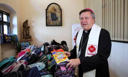 Ks. abp Józef Kupny, metropolita wrocławski, poświęcił wyprawki przygotowane do wyjazdu na Białoruś