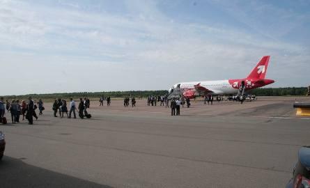 Wylądował kolejny samolot. Dziś pasażerowie muszą sporo przejść, by dojść do terminalu.