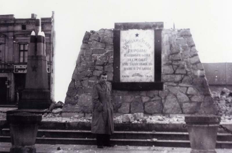 Pod postumentem zburzonego pomnika Armii Czerwonej wołczynianie chętnie robili sobie pamiątkowe zdjęcia.