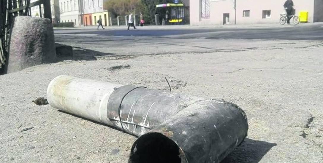 Czytelnik chce, by ekipa posprzątała ul. Armii Krajowej