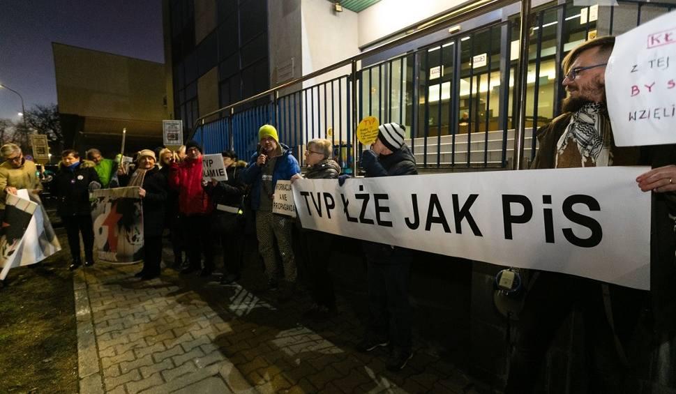 """Film do artykułu: Szczecin: """"Telewizja kłamie"""". Manifestacja przed siedzibą TVP"""