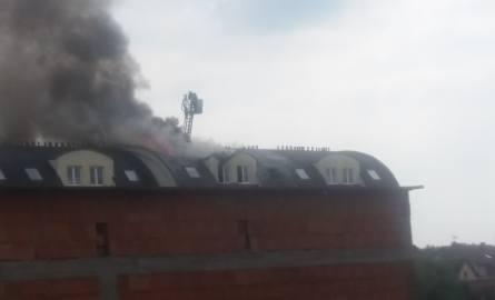 W Ornontowicach palił si dach bloku przy ul. Grabowej. Mieszkańców ewakuowano