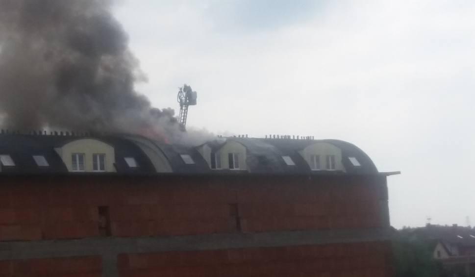 Film do artykułu: Ornontowice: pożar dachu bloku przy ul. Grabowej. 30 osób ewakuowanych ZDJĘCIA