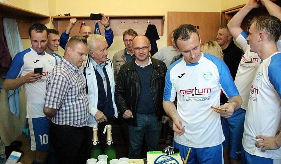 Film do artykułu: Orlicz Suchedniów jest już w IV lidze! Po meczu z Bucovią Bukowa polał się szampan [ZDJĘCIA]