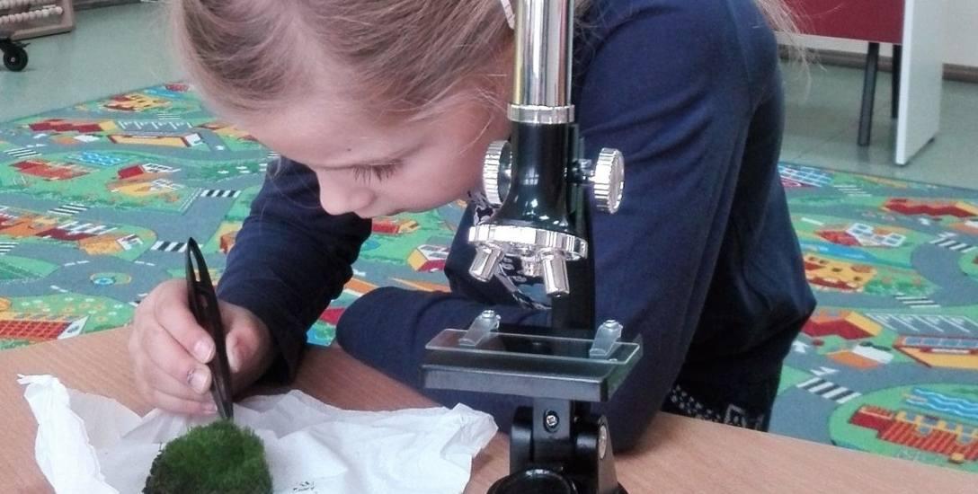 """Projekt """"Podlaskie Ekoludki"""" to nie tylko nauka, ale też dobra zabawa. Uczniowie mają okazję sami przeprowadzać bardzo efektowne doświadczenia"""