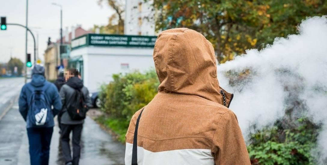 Choć szkoły wprowadzają zakazy używania e-papierosów, to dla chcącego nic trudnego. Uczniowie na przerwach często palą poza ich murami.