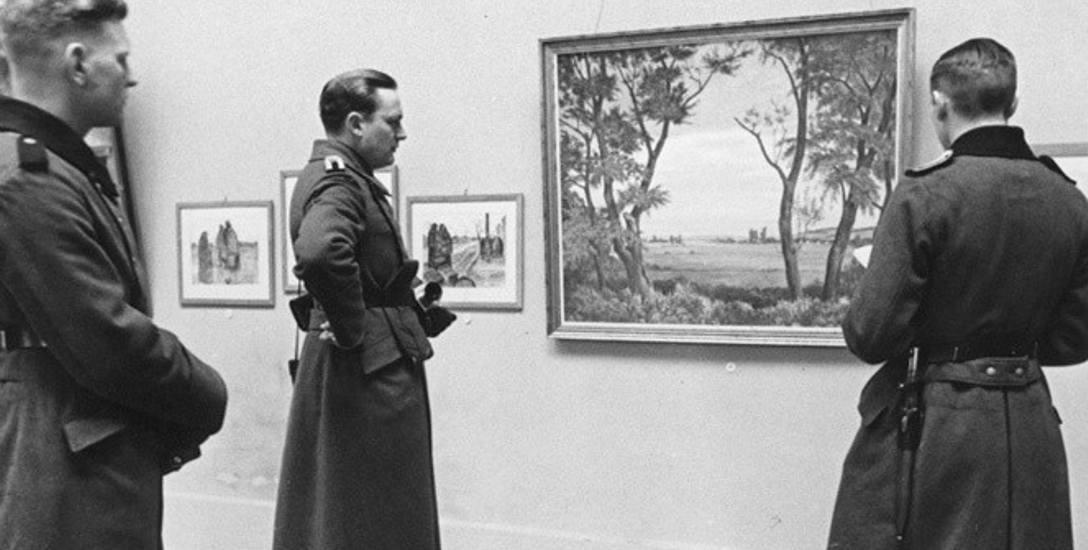 Zdjęcie przedstawia żołnierzy niemieckich wizytujących Muzeum Narodowe w Krakowie w marcu 1943 r
