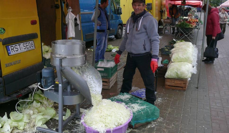 Film do artykułu: Szatkowanie kapusty na targu w Stalowej Woli
