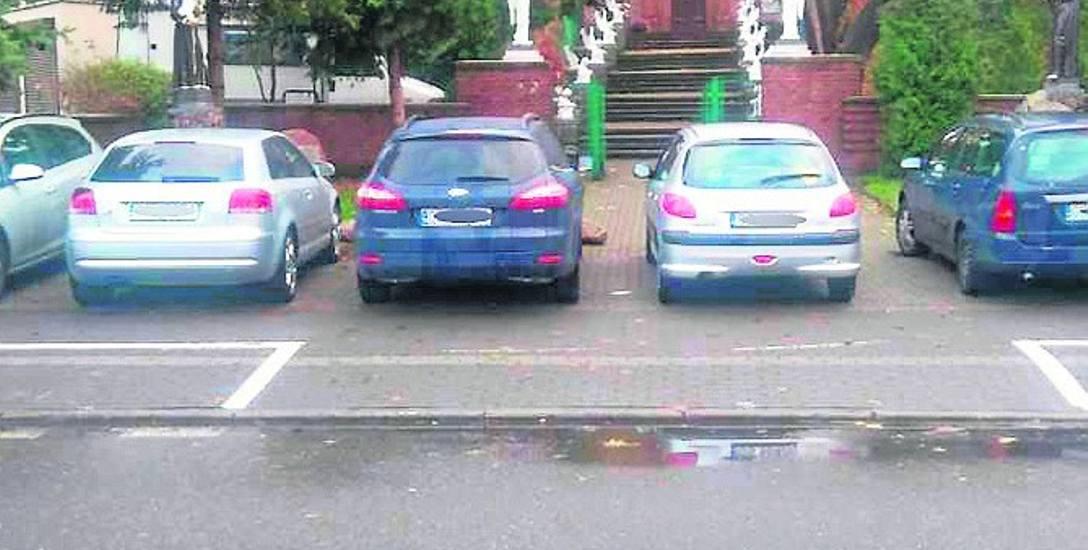 Parkowanie na kościelnym terenie ul. Partyzantów