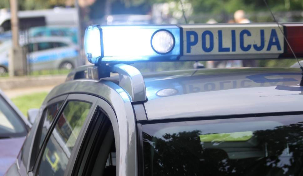 Film do artykułu: Oświęcim. Policjanci ruszyli w pościg za 16-latkiem, który wyrwał kobiecie torebkę