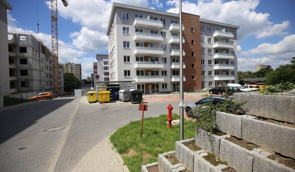 Film do artykułu: Osiedle Karoliny w Katowicach Bogucicach od Activ Investment. To ostatnie etapy budowy. W sprzedaży są mieszkania czwartego i piątego etapu