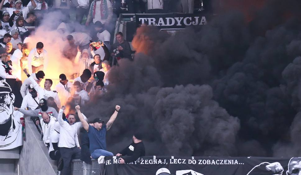 Film do artykułu: Race, wybuchy, dym - za to policja chce zamknąć Stadion Wrocław (DUŻO FILMÓW)