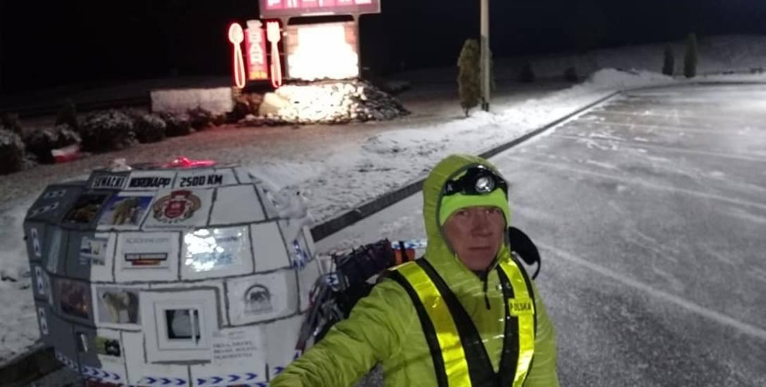 W pierwszą noc, tuż przed Budziskiem Piotr Kuryło zrobił kilkugodzinny odpoczynek. Planuje, że w ciągu doby będzie pokonywał po około 50 kilometrów.