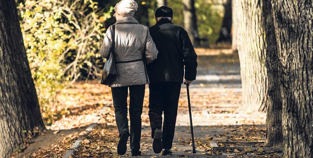 Seniorzy - niestety - często padają ofiarami oszustów, którzy uciekają się do różnego rodzaju podstępów, by wyłudzić od starszych osób pieniądze