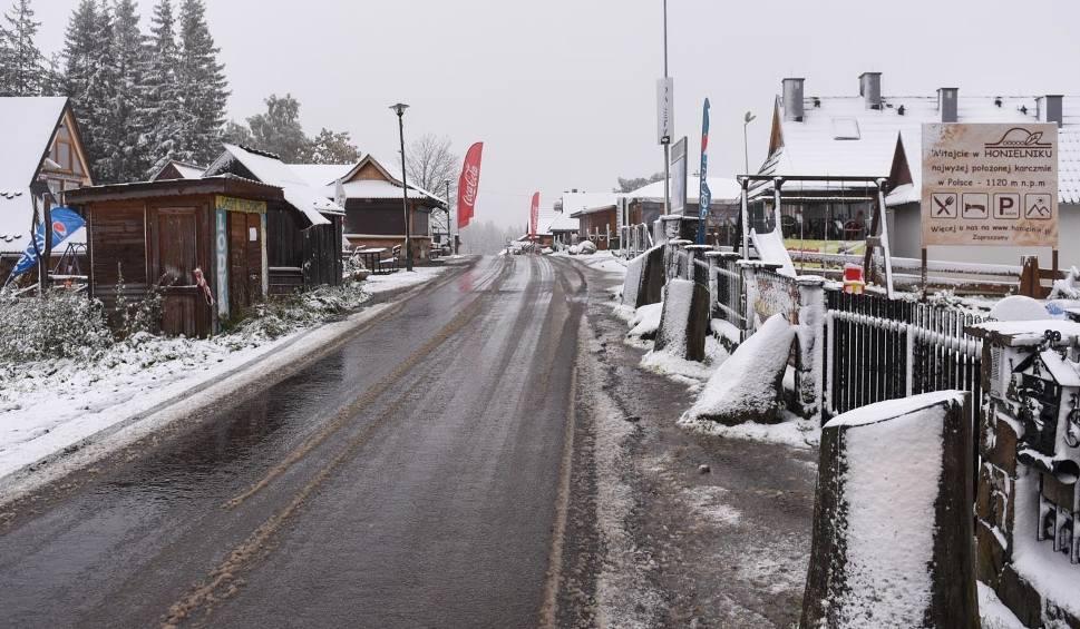 Film do artykułu: Biały poranek w Zakopanem. W nocy w mieście spadł śnieg [ZDJĘCIA]