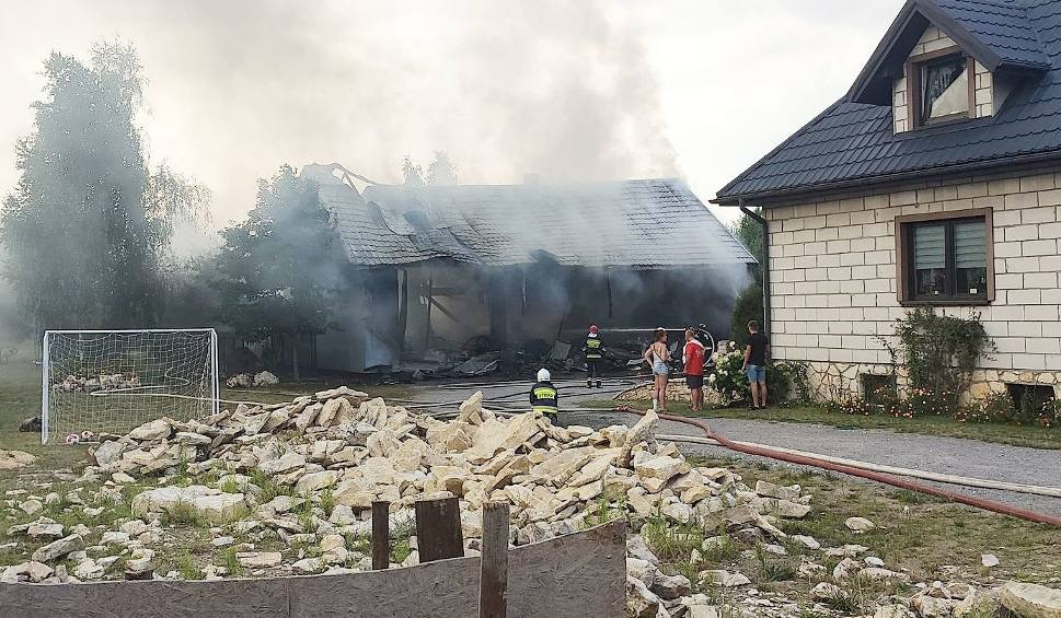 Film do artykułu: Wybuch gazu w Pradłach ciężko ranił dziecko i dwóch dorosłych. Eksplozja i pożar rozsadziła zabudowania