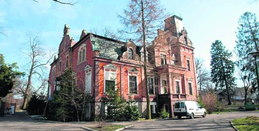 Zabytkowy pałac i park w Lubuczewie niszczeją bez nowego właściciela