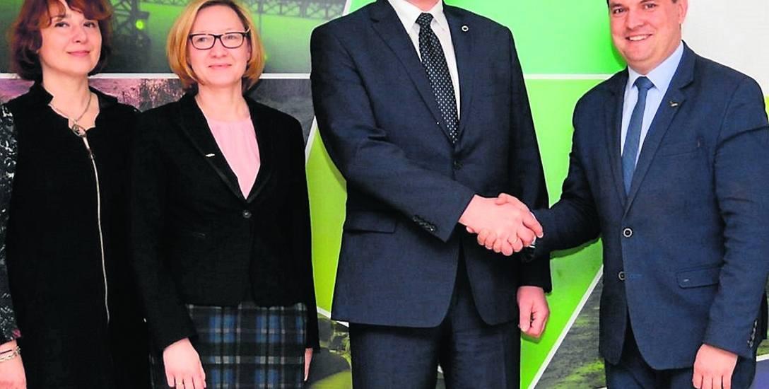 Umowę podpisali Krzysztof Kurjański z Outokumpu oraz prezydent Dąbrowy, Marcin Bazylak