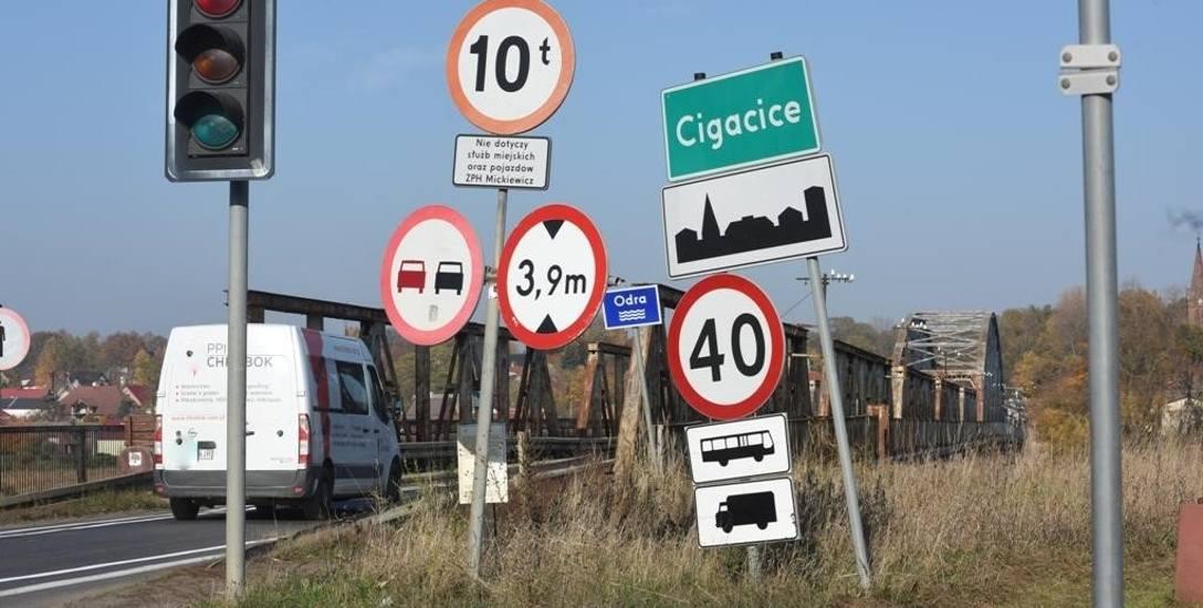 Taki widok jest znany wielu kierowcom z południa. Wjazd na most w Cigacicach pełen obostrzeń