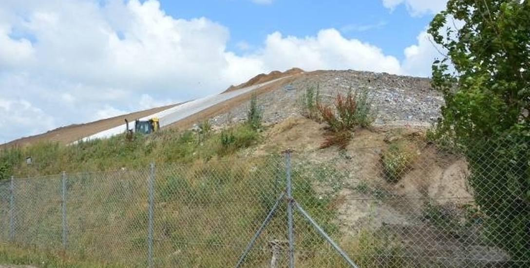 Trwa rekultywacja góry śmieci. Pokrywa ja warstwa gruntu, zostanie zasiana trawa, a z czasem krzewy i drzewa. Okazuje się, że to jednak nie koniec t