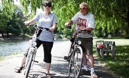 """40 lat przepracowali w bydgoskiej fabryce rowerów """"Romet"""". Małżeństwo  Hanna i Kazimierz. On jeździ rowerem złożonym własnoręcznie"""