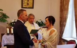 Jolanta i Marek Świerczyńscy z Kraszewa świętowali 30-lecie swojego związku małżeńskiego w kaplicy pałacowej w Walewicach