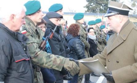 Listy gratulacyjne wyróżnionym żołnierzom i ich najbliższym wręczał dowódca saperów płk Marek Golan.