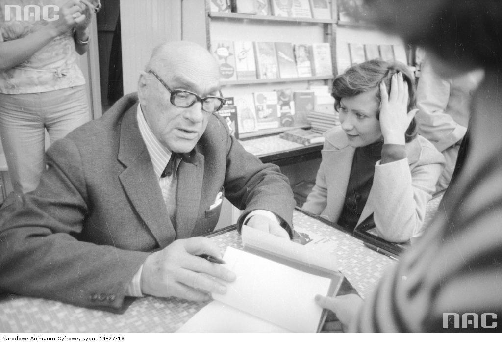 Jarosław Iwaszkiewicz podczas Kiermaszu Książki na Placu Defilad w Warszawie, 1975 rok