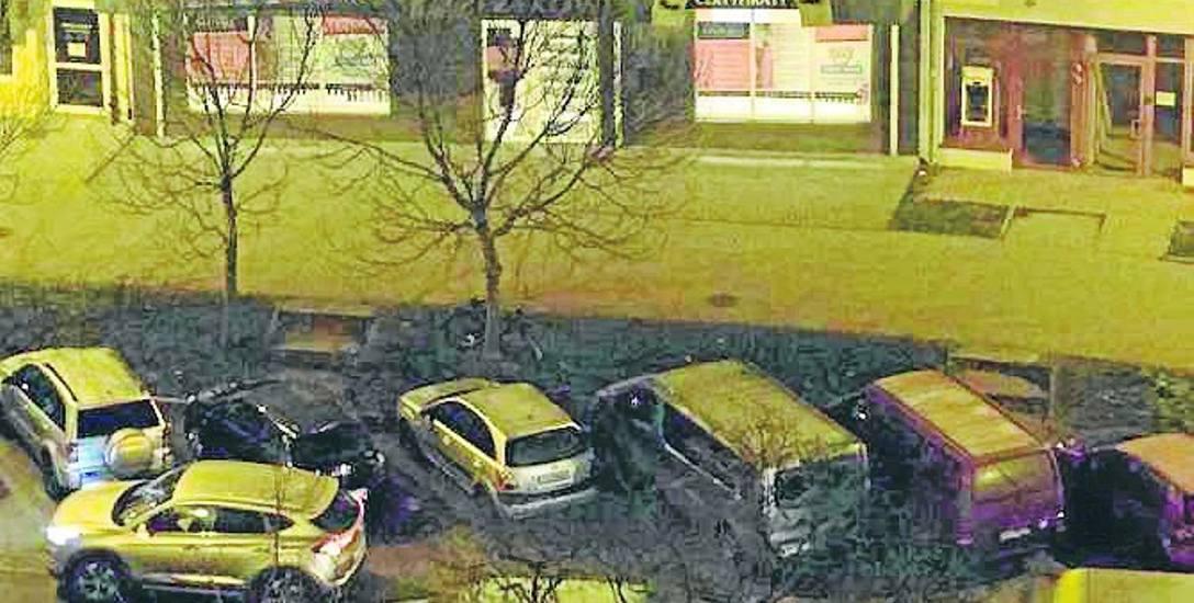 Parkujące samochody zajmują część jezdni przy al. 3 Maja