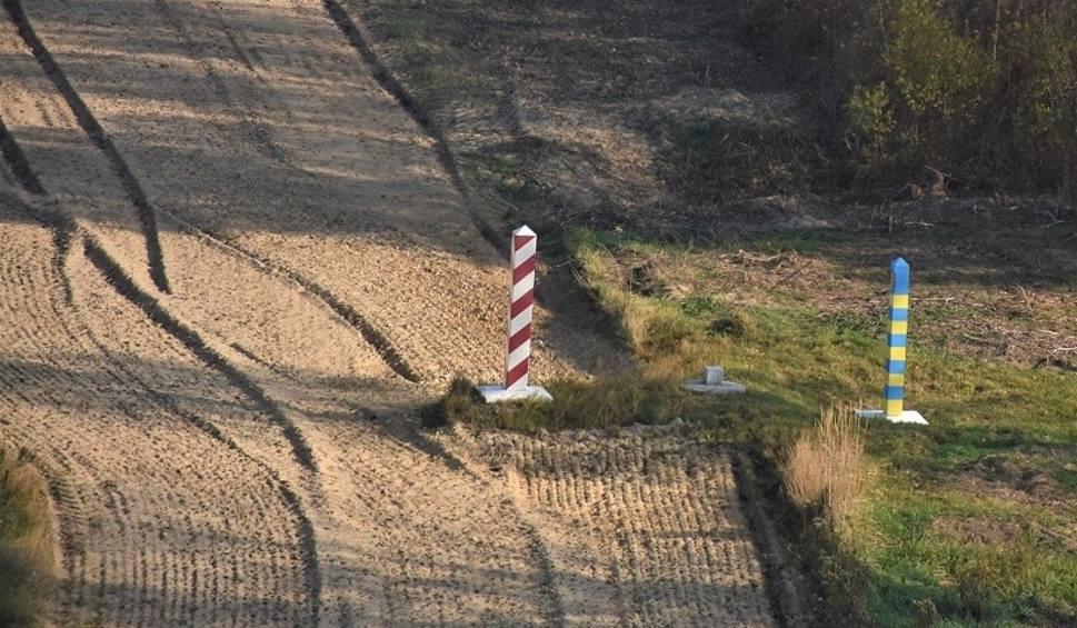 Film do artykułu: Strażnicy graniczni zatrzymali w okolicach Werchraty nielegalnego imigranta z Turcji oraz Ukraińca i Szweda, którzy mieli być kurierami