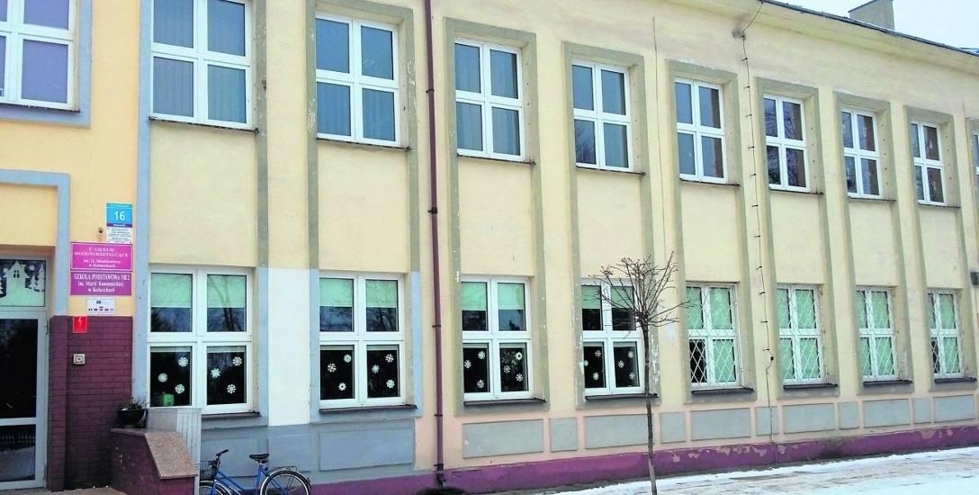 Szkoła podstawowa mieści się na parterze, a liceum na piętrze budynku przy ul. Kościuszki.