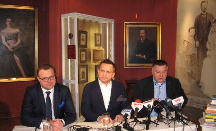 Jariosław Krzyżanowski, sponsor Nagrody - w środku. Obok Radosław Witkowski, prezydent Radomia i Tomasz Tyczyński, kierownik Muzeum Witolda Gombrowicza