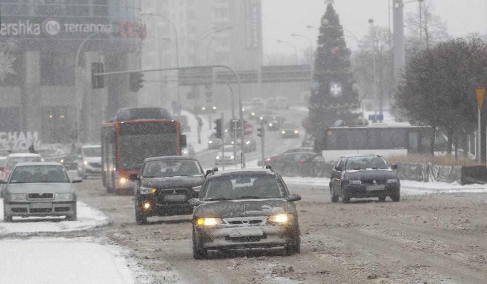 Film do artykułu: Zima nie odpuszcza, na podkarpackich drogach wciąż ślisko. Nie siedź drugiemu kierowcy na zderzaku!