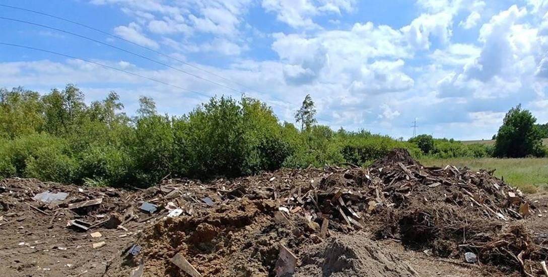 Urzędnicy ze Starego Czarnowa twierdzą, że wyrzucone śmieci to ziemia z odpadami drewnianymi