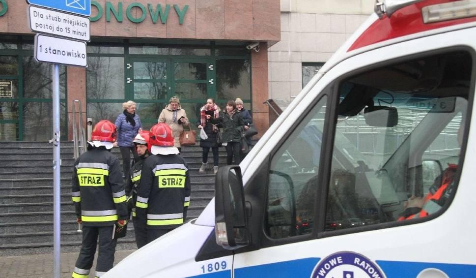Film do artykułu: Ewakuacja w Sądzie Rejonowym w Kielcach. Ktoś zadzwonił z informacją, że w budynku jest bomba