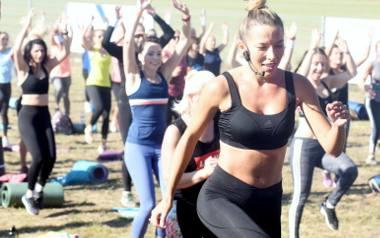 Zobacz zdjęcia z treningu z Ewą Chodakowską. Ponad 300 mogło ćwiczyć na warsztatach fitness z trenerką Ewą Chodakowską w Kalsku w sobotę, 13 października.Ponad