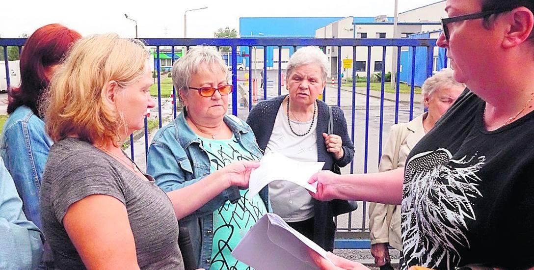 Mieszkańcy spotkali się już 11 lipca przy zakładzie w Dąbrówce Małej. Walczą nadal