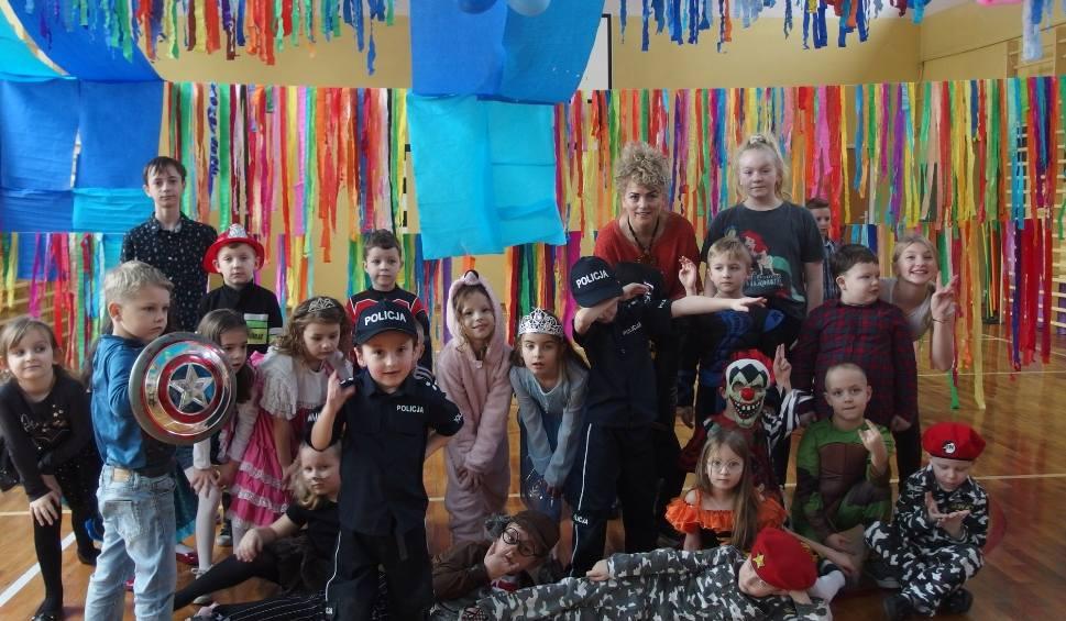 Film do artykułu: Karnawałowa zabawa w szkole podstawowej numer 3 w Kazimierzy Wielkiej. Tańce trwały do samego wieczora (ZDJĘCIA)