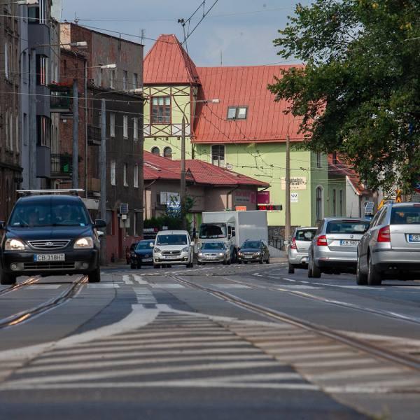 """Ulica Nakielska - w tym, miejscu tramwaje stykają się z samochodami. Ale dopiero teraz jest """"opracowywana koncepcja"""" zmian..."""