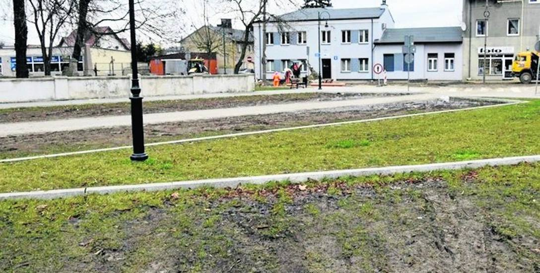 Wykonany w ubiegłym roku trawiasty parking nie wytrzymał pod ciężarem samochodowych kół