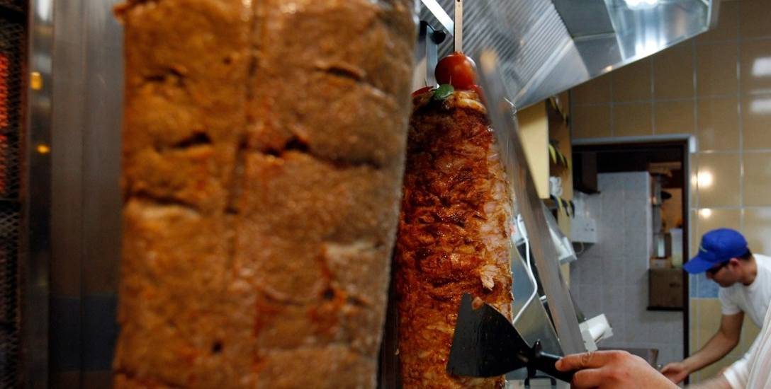 Kontrole inspektorów wykazały m.in., że niektóre lokale serwują kebaby z baraniny bez... baraniny