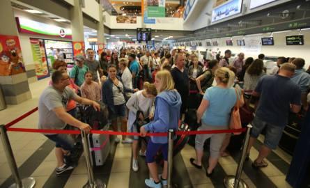 Lotnisko w Pyrzowicach: gdy w ciągu godziny odlatuje kilka samolotów, ludzie stoją w sporych kolejkach do kontroli