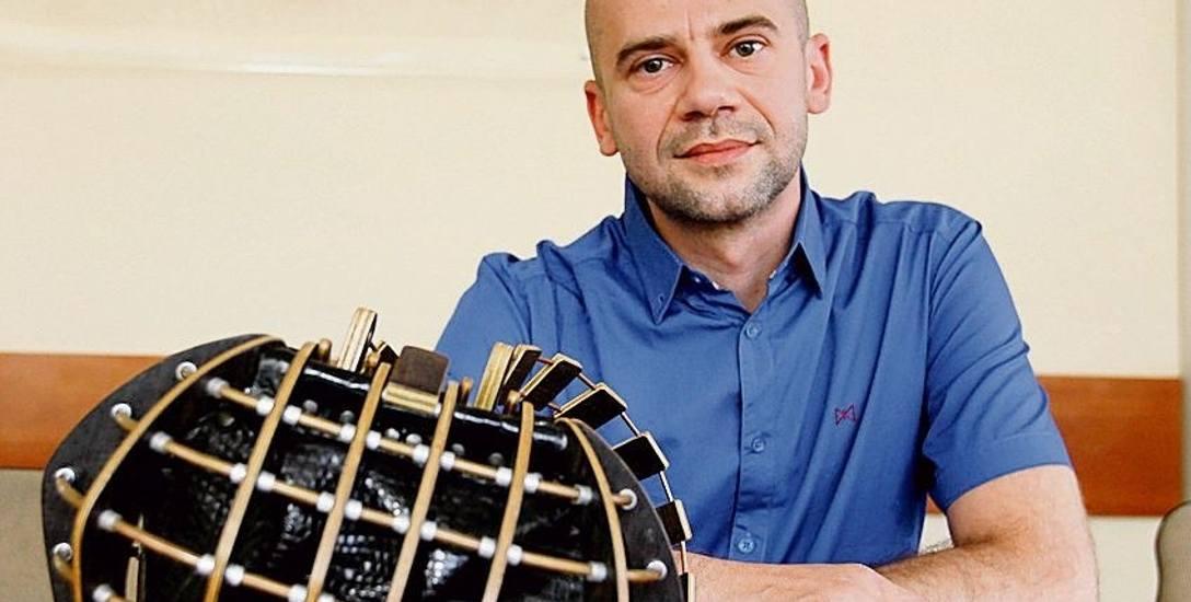 – To bardzo czasochłonne i pracochłonne zadanie, aby przygotować wszystkie potrzebne drewniane elementy, z których składa się torebkę - mówi Krzysztof