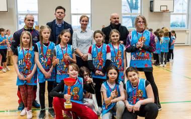 Mil2 – Milenka Kozińska z pucharem w gronie koleżanek z drużyny, która wygrała Basketmanię dziewcząt