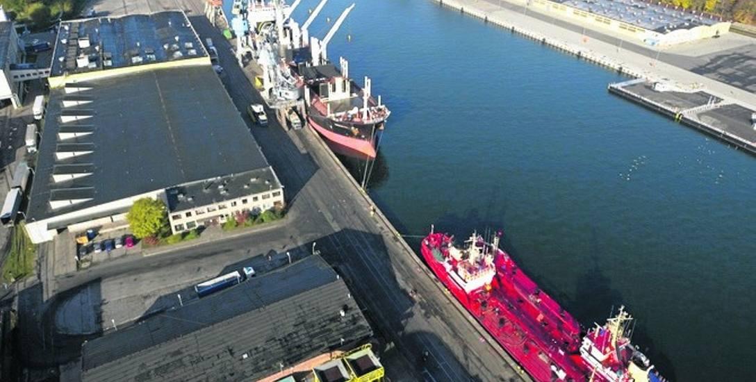 Pracownicy Portu Gdańskiego eksploatacja obsługują przeładunki między innymi na Nabrzeżu Oliwskim