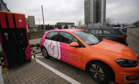 Stacje ładowania samochodów elektrycznych w ciągu roku zostaną ustawione przy drodze ekspresowej S8 między Łodzią i Wrocławiem.