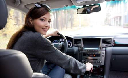 Kobieta za kierownicą. Coraz więcej pań ma prawo jazdy