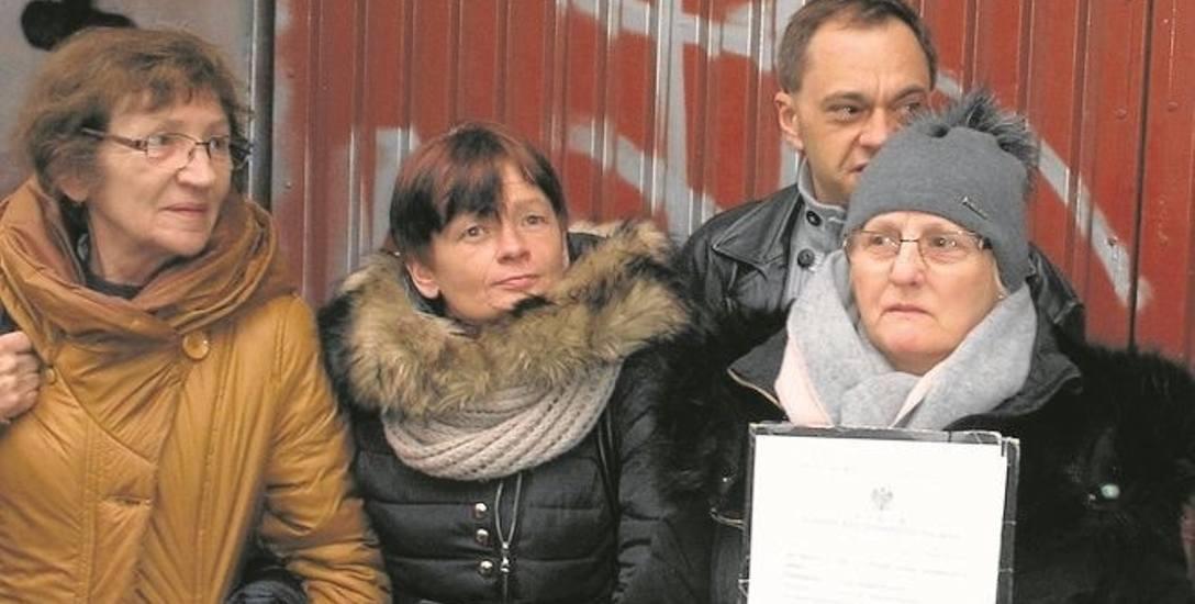 Maria Czarnecka (na zdjęciu z prawej) i działacze stowarzyszenia, które ją wspierało.